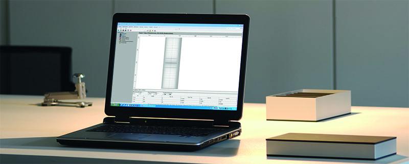 Laptop auf Schreibtisch, Buerolampe